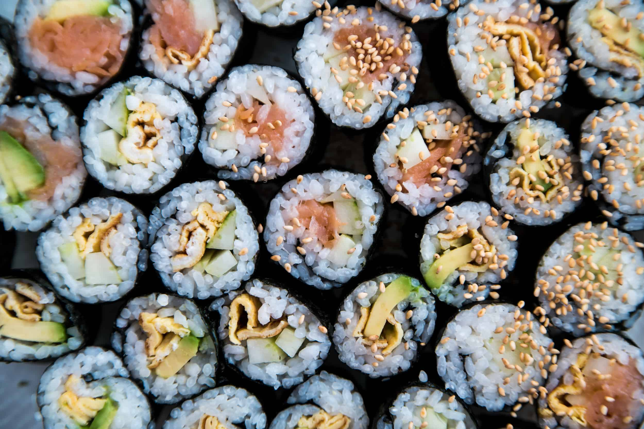 Selbstgemachte Maki-Sushi auf einem Glasteller