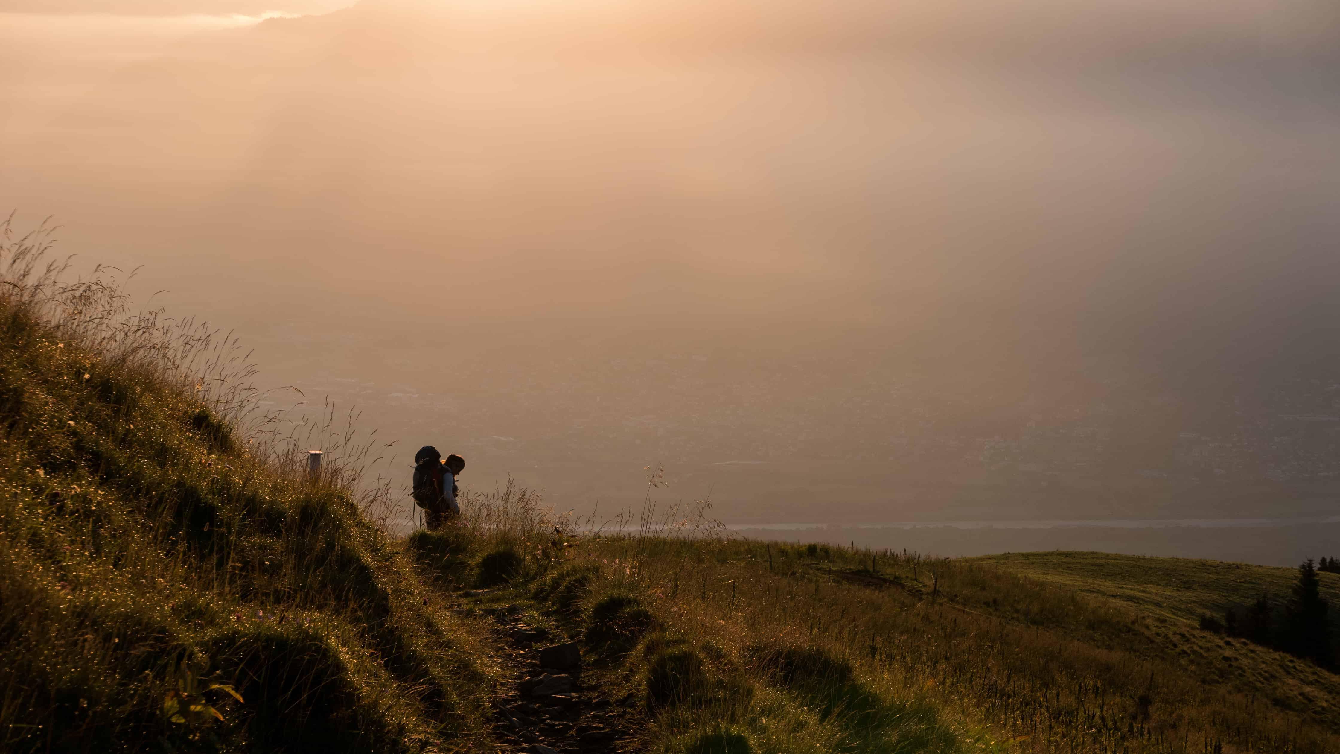 Eine Wanderin auf dem Weg zum Margelchopf bei Tagesanbruch