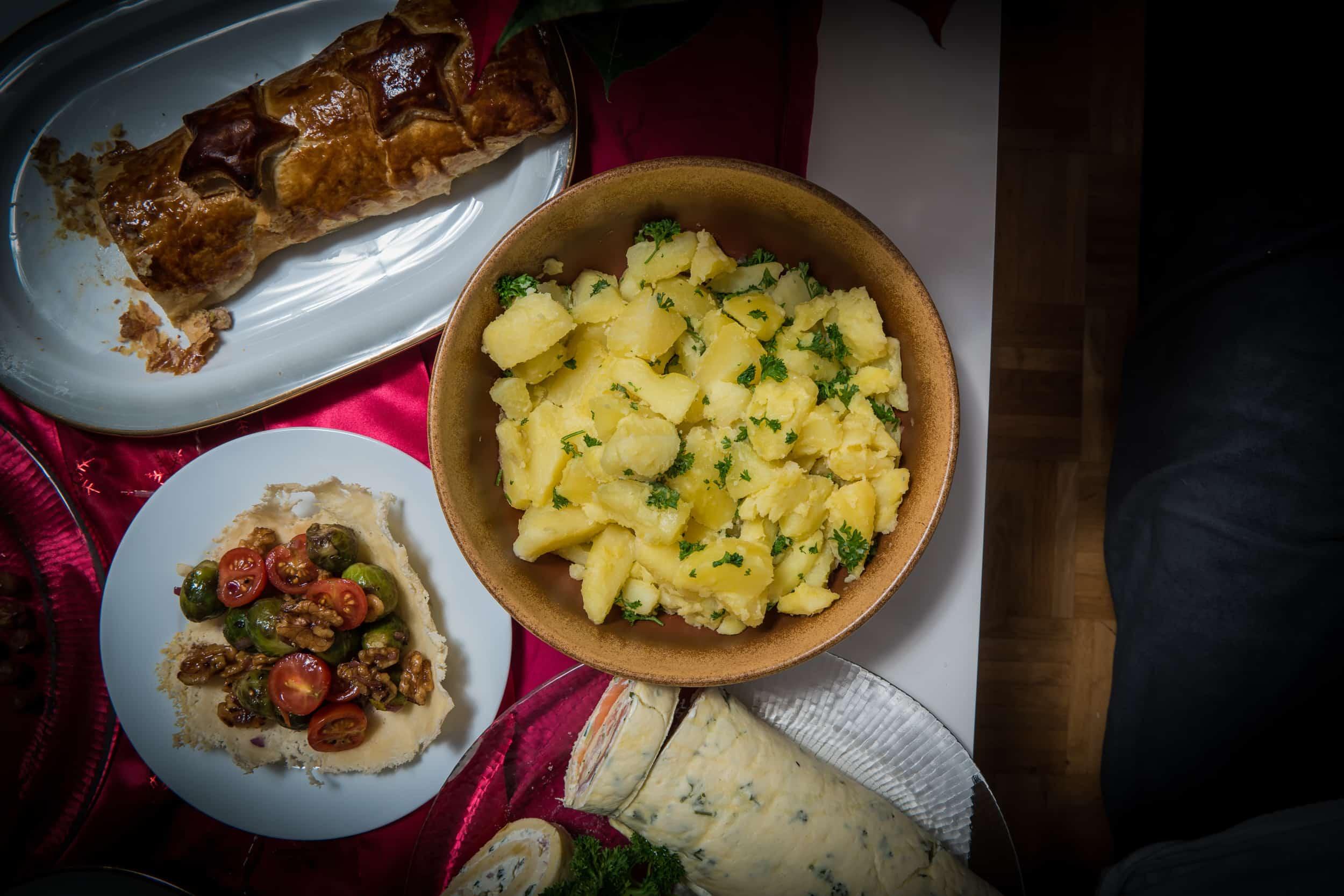 Das fertige Salzkartoffeln mit Petersilie, Karottenstreifen aus dem Ofen und glasierter Fenchel Rezept