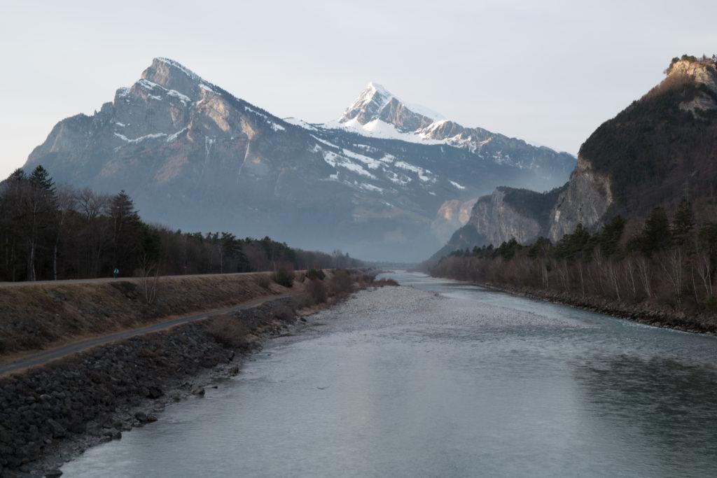 Der Schweizer Rhein mit Bergen im Hintergrund
