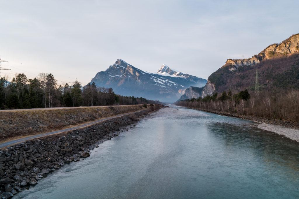 Der Rhein mit einem Berg im Hintergrund