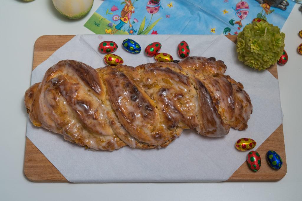 Das fertige Süsser Osterzopf Rezept mit Eiern dekoriert