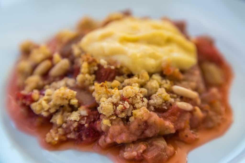 Das fertige Englischer Rhabarber und Erdbeeren Crumble mit selbstgemachtem Custard Rezept