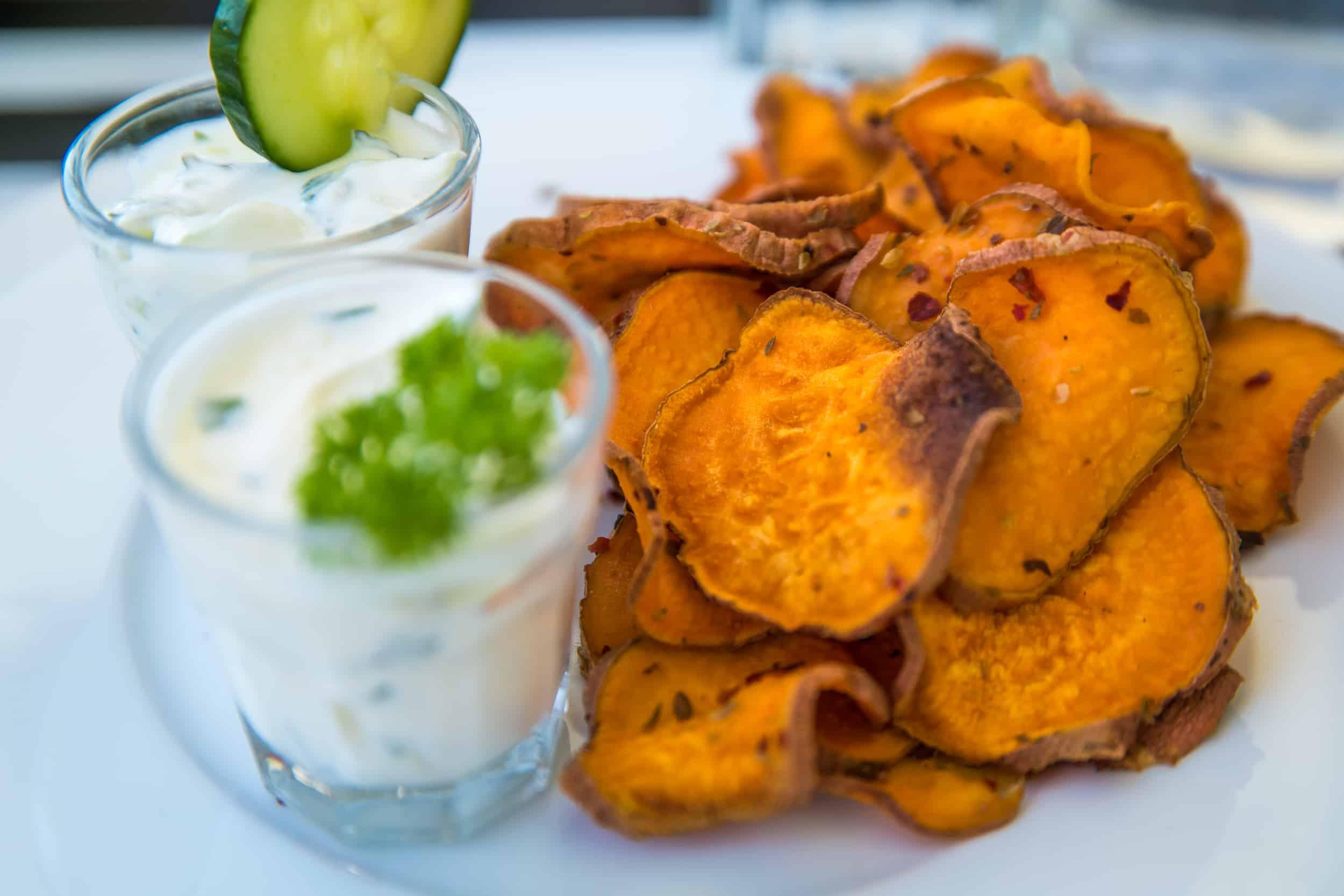 Süsskartoffel Chips mit zwei verschiedenen Dips auf einem Teller