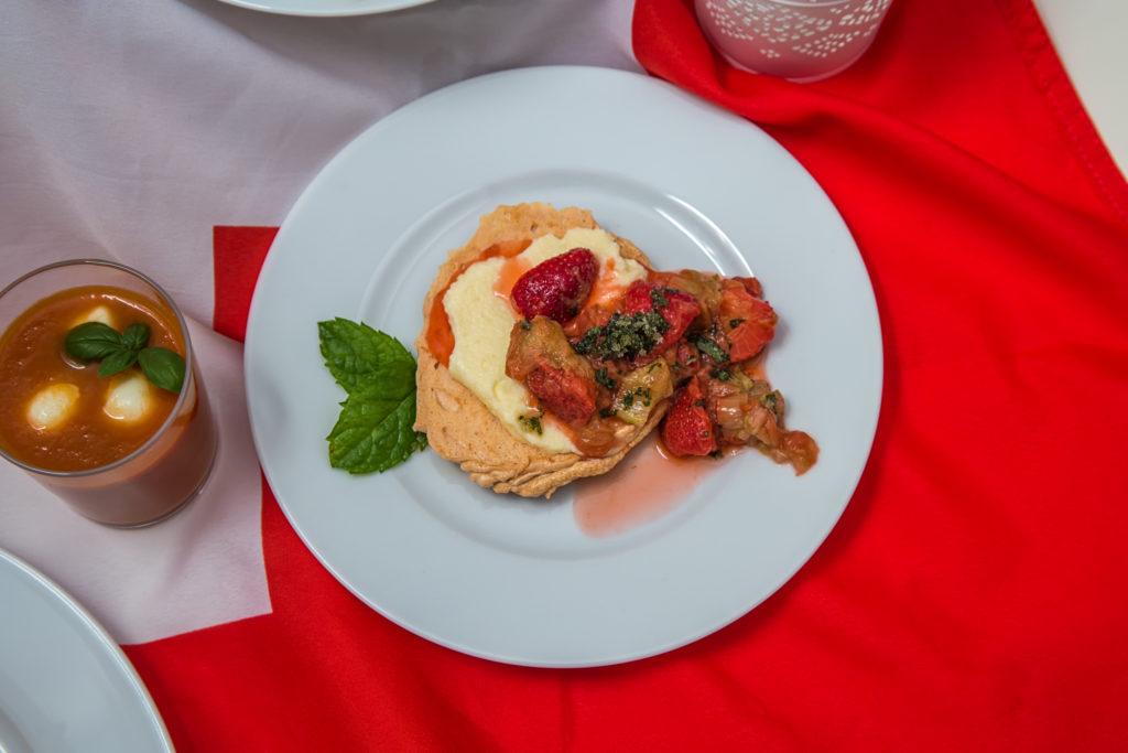 Das fertige Meringue mit Rahm, Erdbeeren, Rhabarber und Minzzucker Rezept