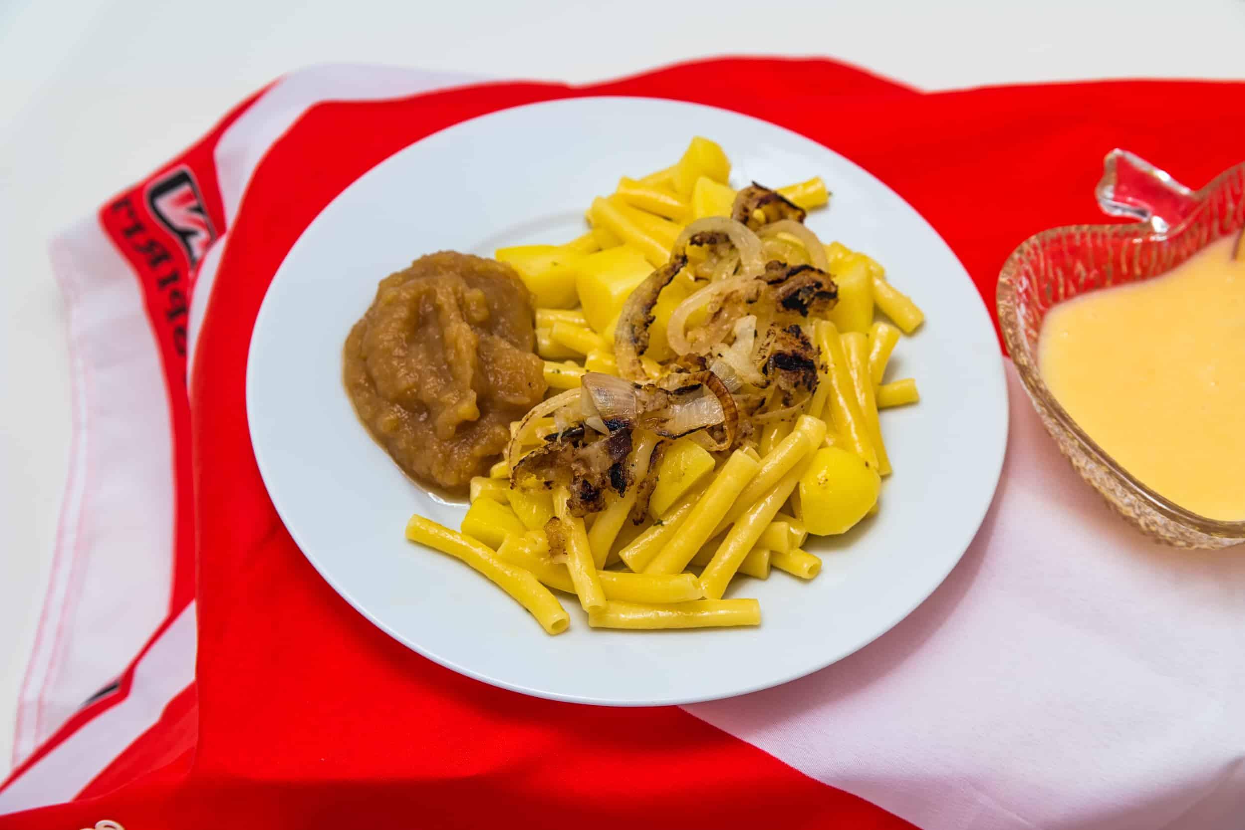 Das fertige Schweizer Älplermagronen mit Sauerkäse, Zwiebelschwitze und Apfelmus Rezept