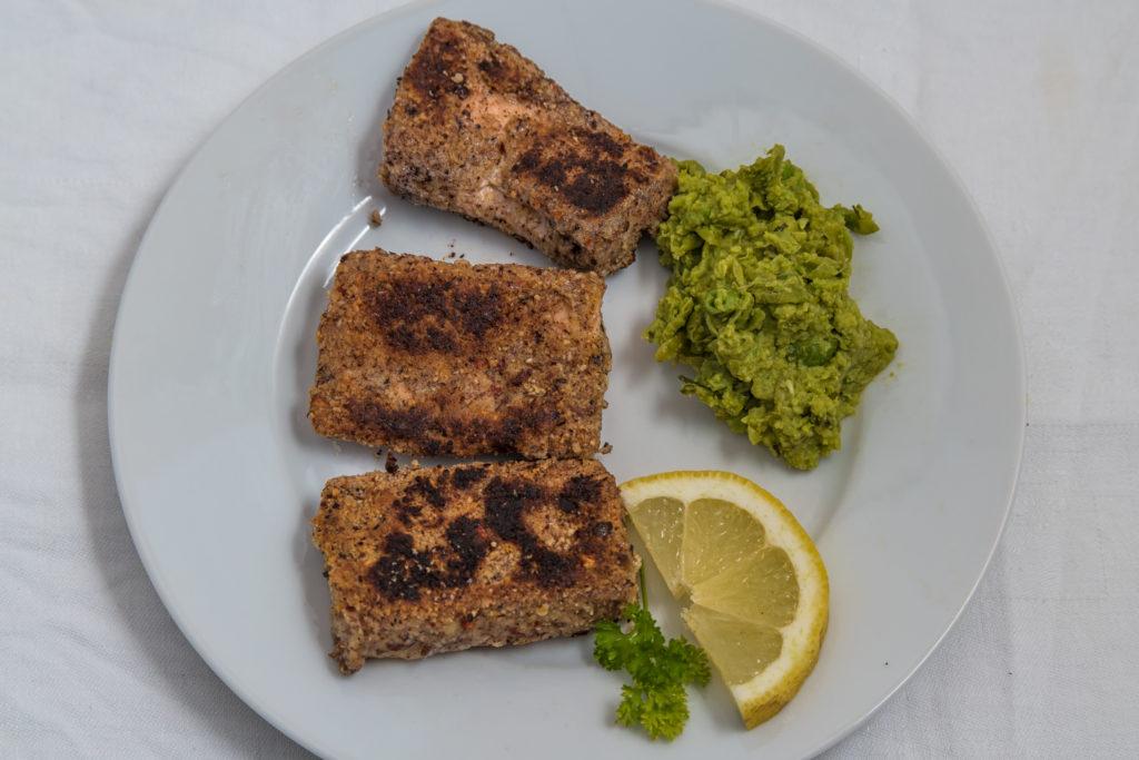 Das fertige Low-Carb panierter Fisch mit Mushy Peas Rezept