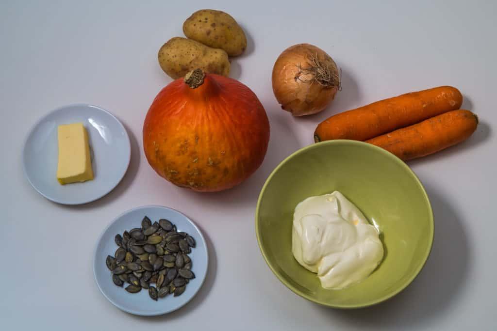 Zutaten für das Kuerbissuppe mit einem Kleinen Knirps Kartoffeln und Karotten Rezept