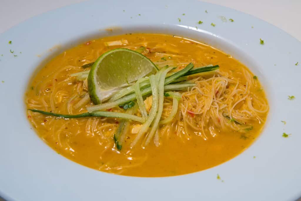 Das fertige Laksa Suppe mit Reisnudeln Rezept