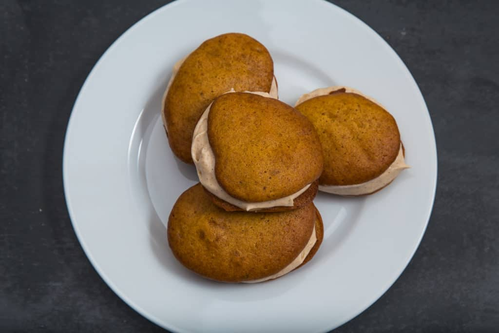 Das fertige Mini Kuerbis Whoopie Pies mit Zimtfuellung Rezept