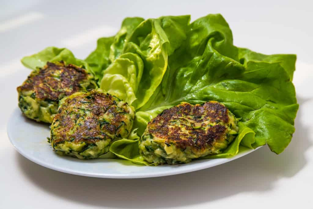 mini zucchini veggie burger rezept gem se als burger lia liam. Black Bedroom Furniture Sets. Home Design Ideas