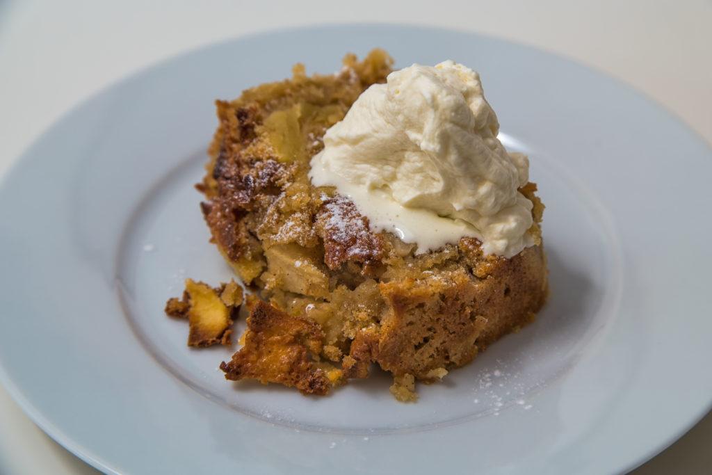 Das fertige Ale-Apfel-Kuchen mit Whisky-Schlagrahm Rezept