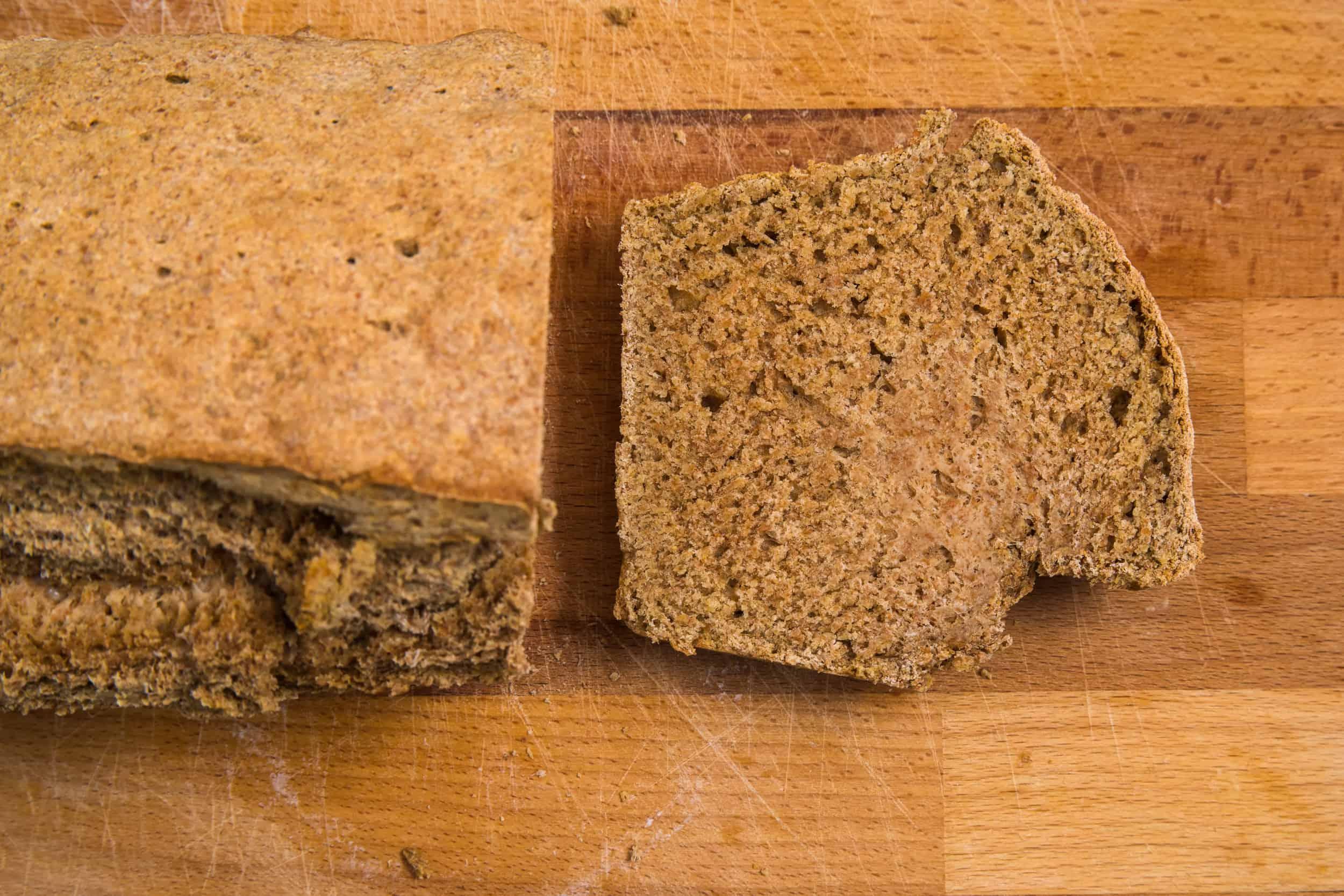 Ein abgeschnittenes Stück Ale-Brot neben dem ganzen Brotlaib