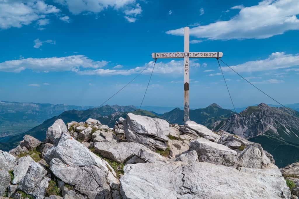 Das Gipfelkreuz auf dem Augstenberg als Ziel der Augstenberg Wanderung
