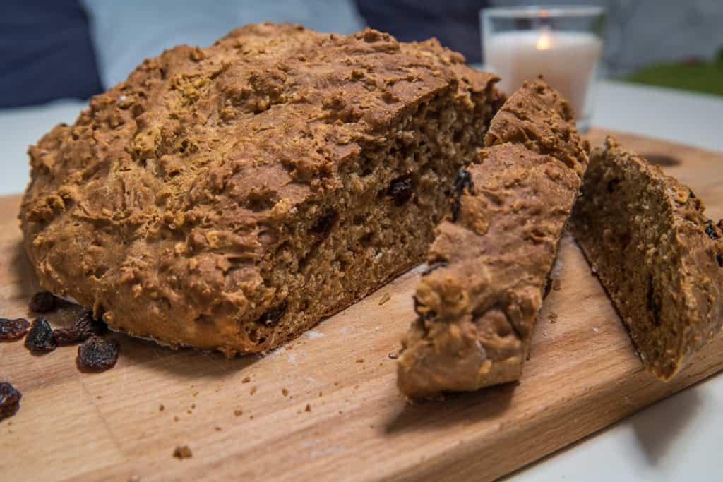 Das fertige Irisches Sodabrot Rezept mit einem Messer angeschnitten