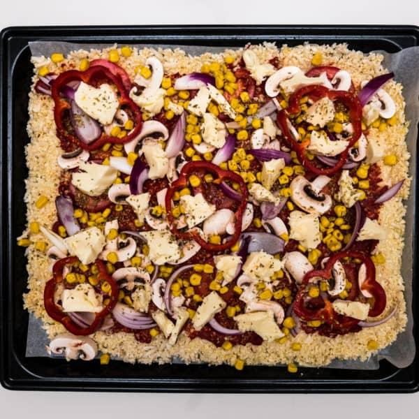 Das fertige Low-Carb Blumenkohl Pizza Rezept auf einem Blech