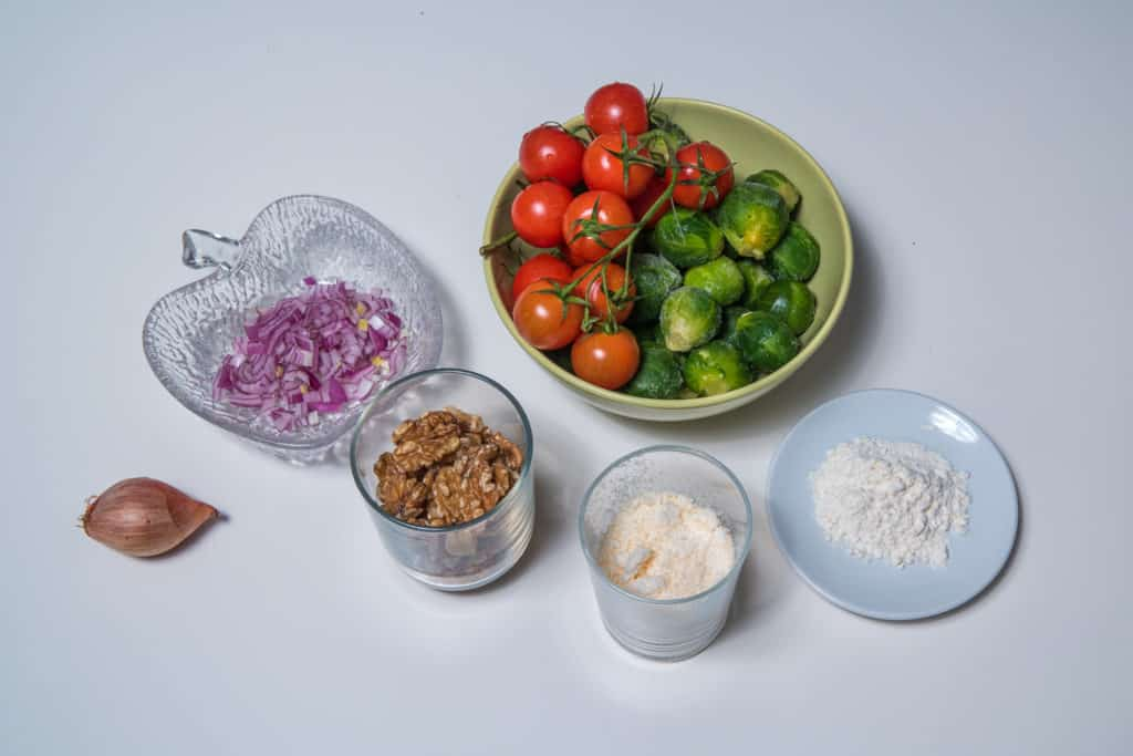 Alle Zutaten für das Rosenkohlsalat mit Cherrytomaten und Baumnüssen in einem Parmesankörbchen Rezept