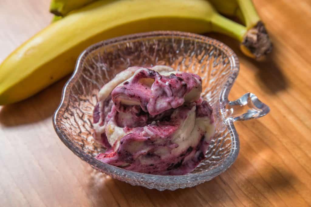 Das fertige Bananenglace mit Heidelbeersirup Rezept