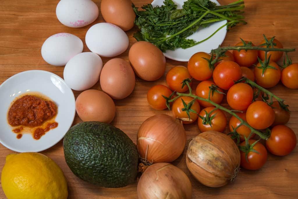 Zutaten für das Frittata mit Zwiebeln, Tomaten und Avocado-Salsa Rezept