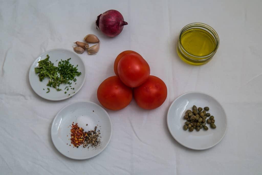 Alle Zutaten für das Low-Carb Grillkäse mit marinierten Tomaten Rezept
