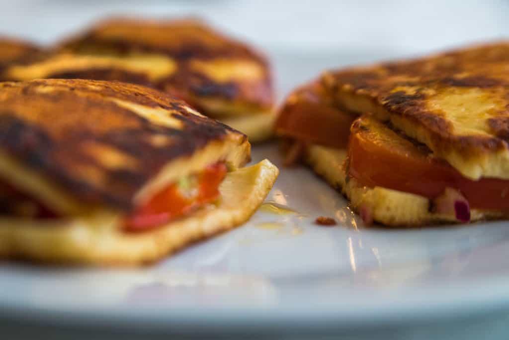 Das fertige Low-Carb Grillkäse mit marinierten Tomaten Rezept