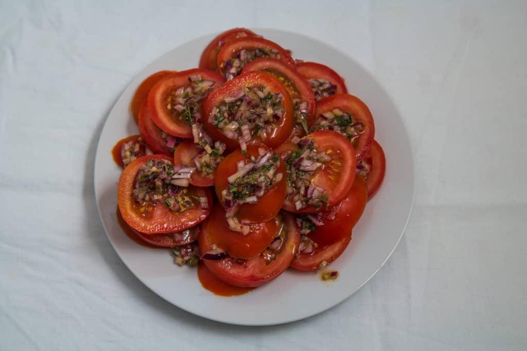 Zubereitung der Tomaten des Low-Carb Grillkäse mit marinierten Tomaten Rezepts