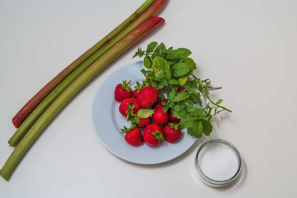 Zutaten für das Meringue mit Rahm, Erdbeeren, Rhabarber und Minzzucker Rezept