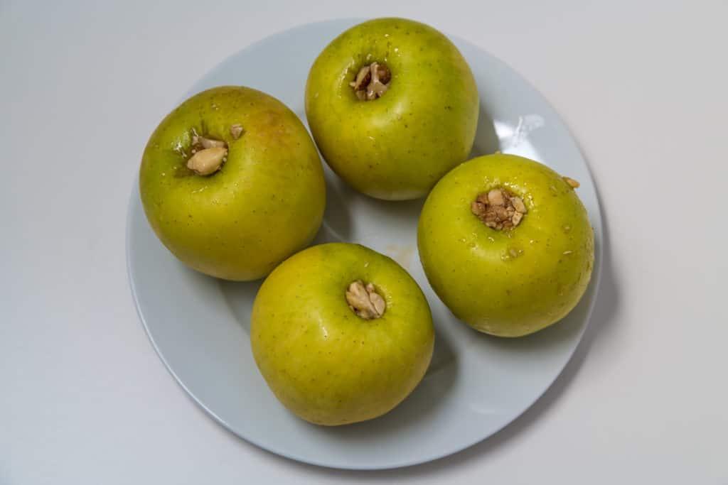 Zubereitung des Mit Nüssen gefüllte Äpfel im Teigmantel Rezepts