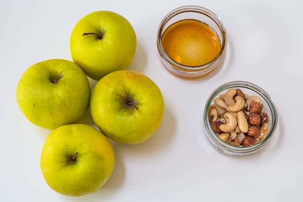 Zutaten für das Mit Nüssen gefüllte Äpfel im Teigmantel Rezept
