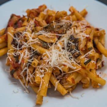 Das fertige Pastasauce mit Aubergine, Tomaten und reichlich Kräutern Rezept