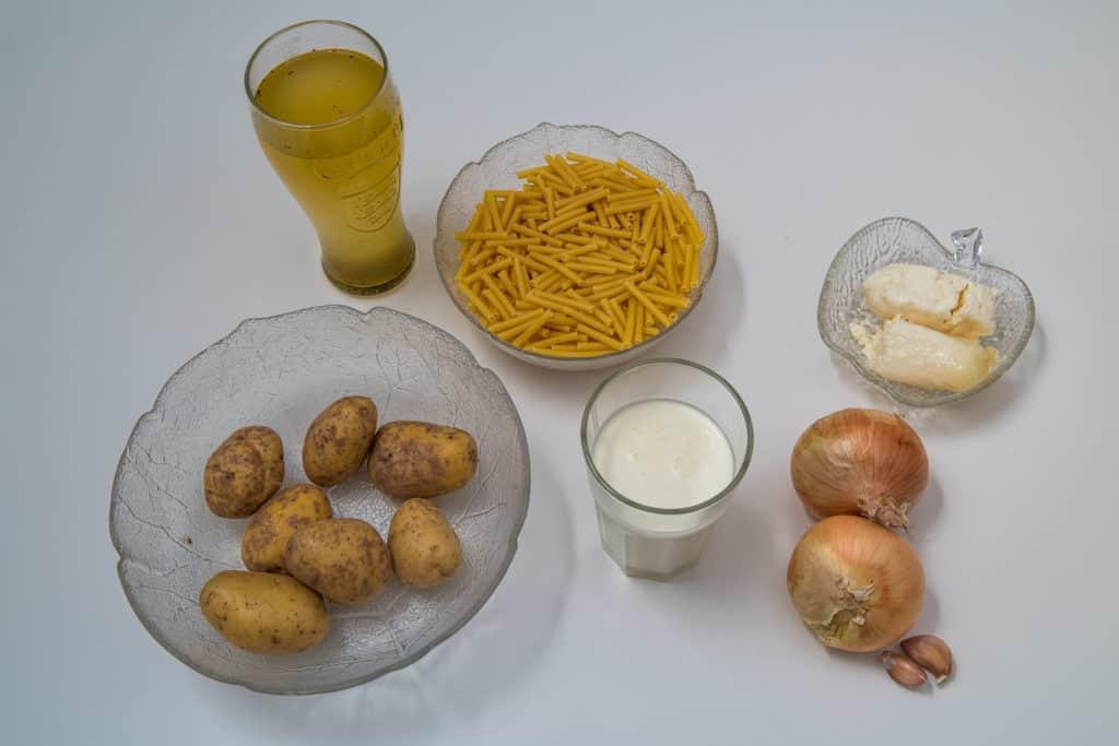 Zutaten für das Schweizer Älplermagronen mit Sauerkäse Rezept