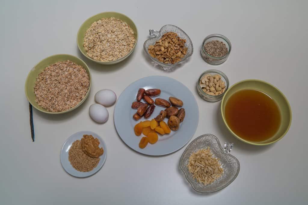 Alle Zutaten für das Schweizer Müsliriegel mit getrockneten Früchten und Nüssen Rezept