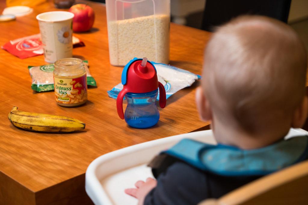 Essen auf dem Tisch für ein hungriges Baby