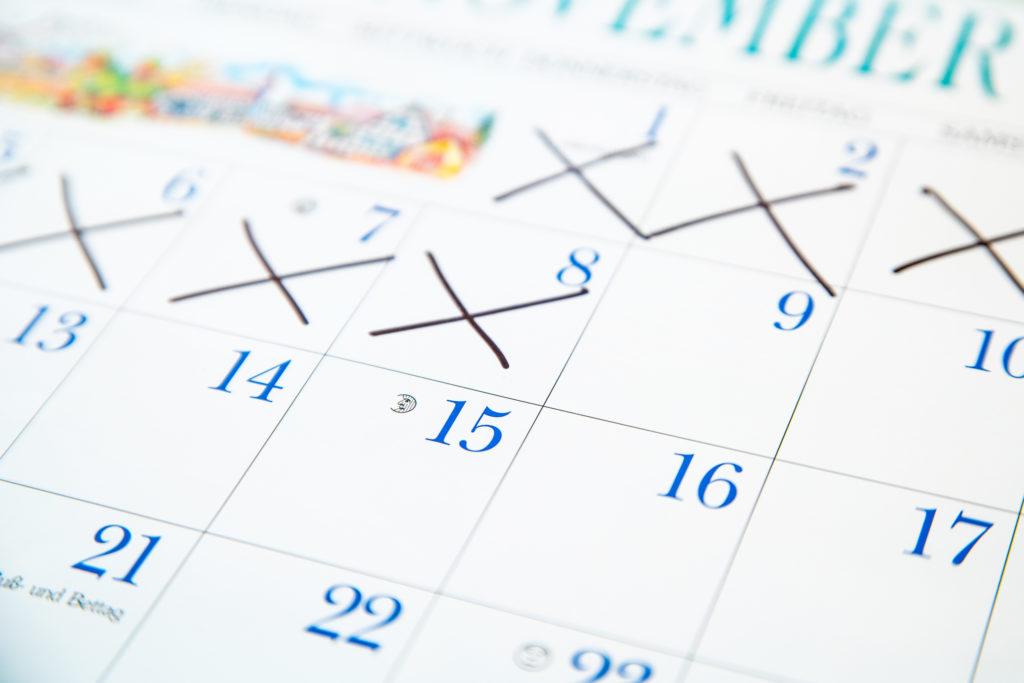 Ein Kalender mit durchgestrichenen Tagen