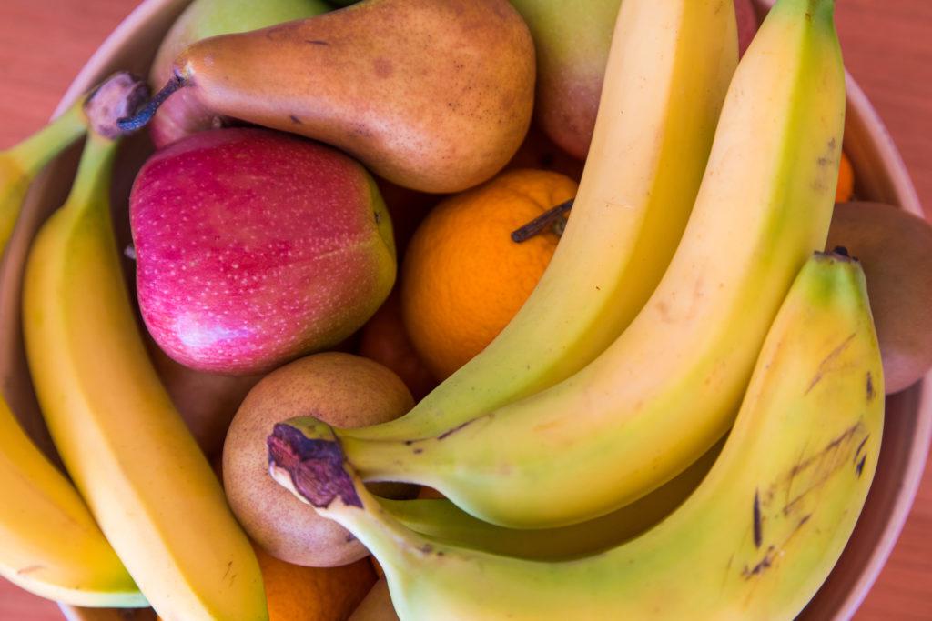 Diverse Früchte, Äpfel, Bananen, Birnen und Orangen, in einer Schüssel
