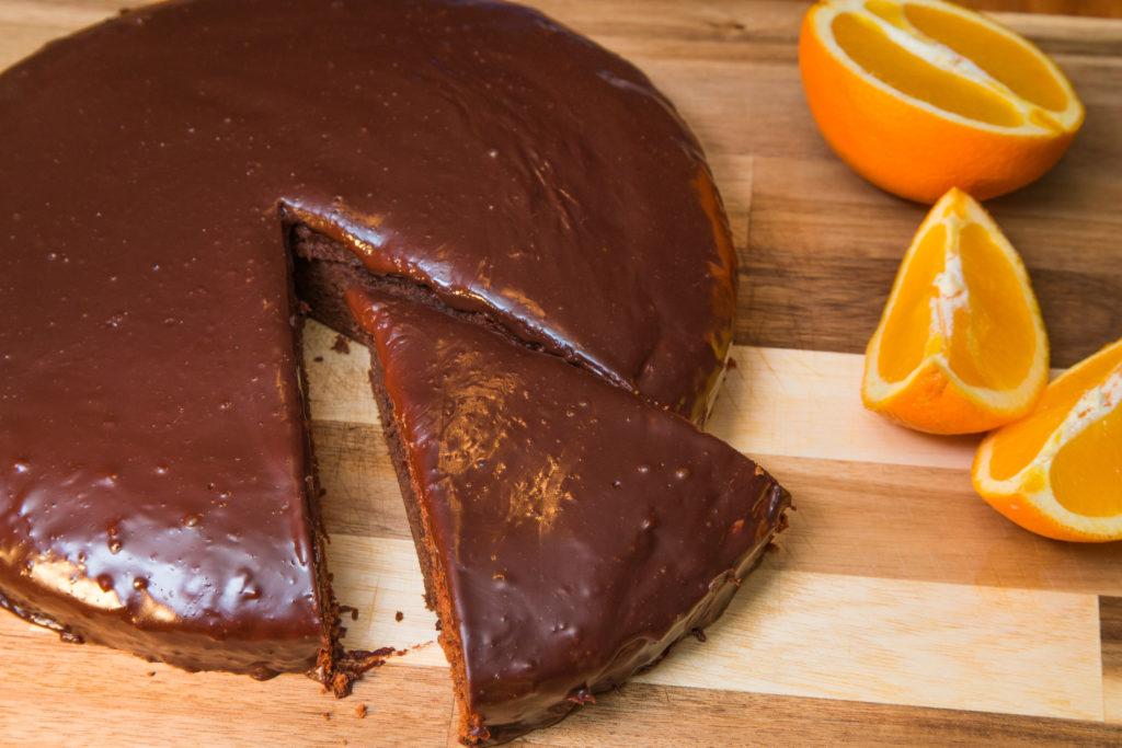 Ein grosses Stück Schokoladenkuchen
