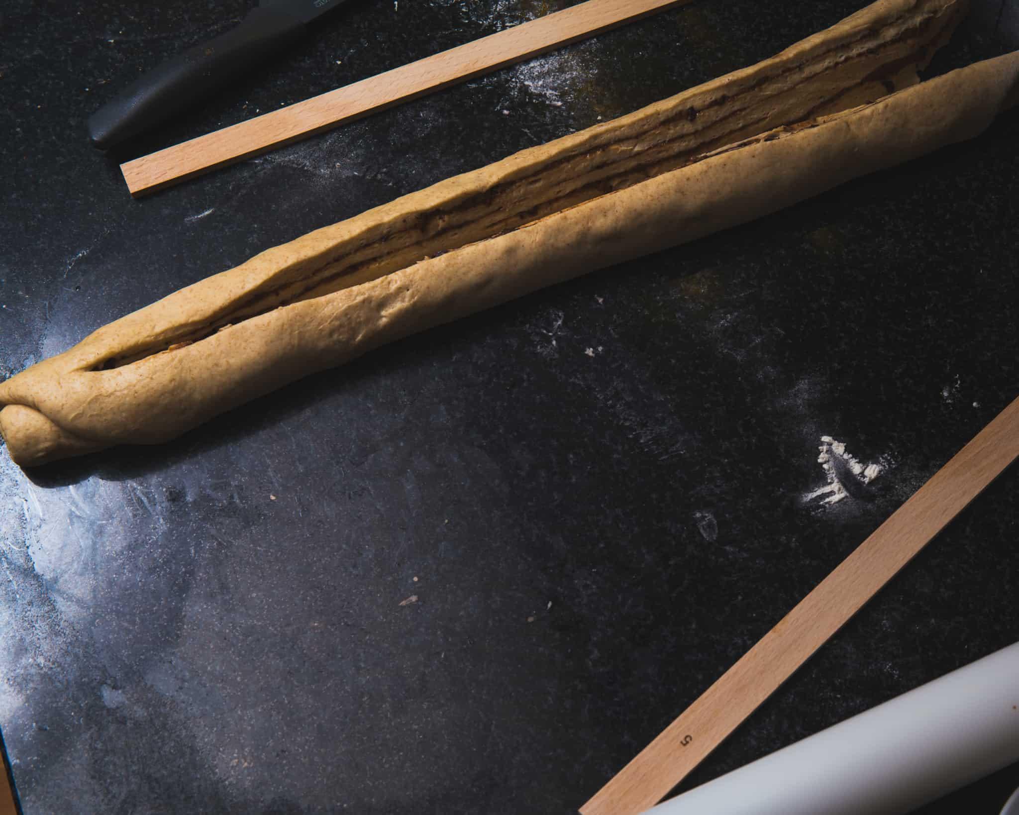 Die Teig-Wurst wird aufgeschnitten